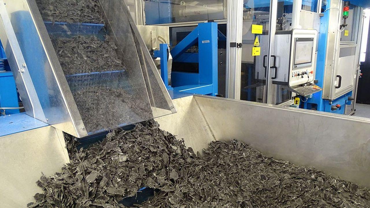 Machine de recyclage pilote Cetim Cermat. Des rebuts de production entrent d'un côté, tandis qu'à l'arrière, 12 mètres plus loin, sortent des plaques de composite recyclé.