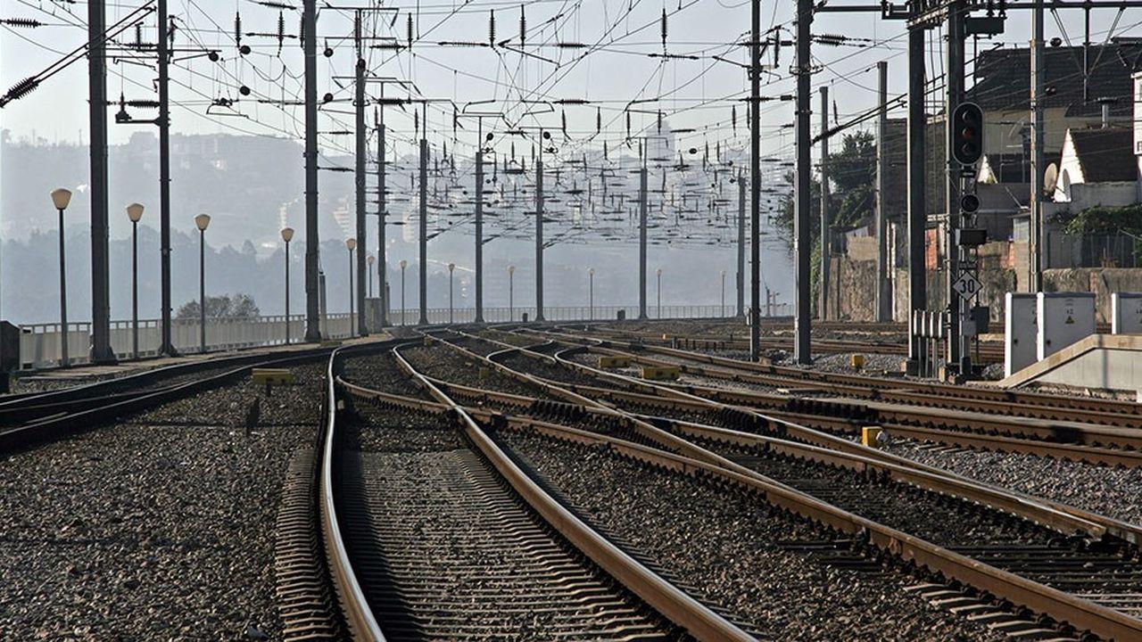 L'armement qui supporte le poids de la caténaire le long de la voie ferrée, pourrait dans l'avenir être remplacé par une pièce monobloc en matériau composite.