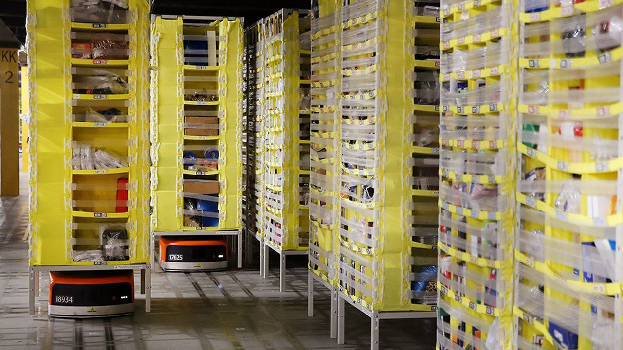Les petits robots de Kiva Systems sont capables d'apporter directement des étagères de produits aux opérateurs.