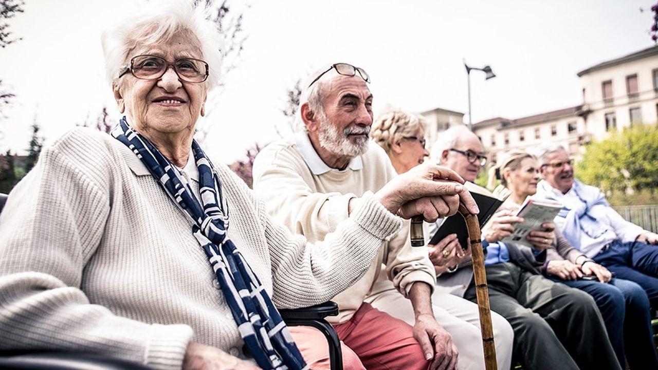 La proportion de pauvres et l'intensité de leur pauvreté sont moindres chez les retraités que dans l'ensemble de la population.