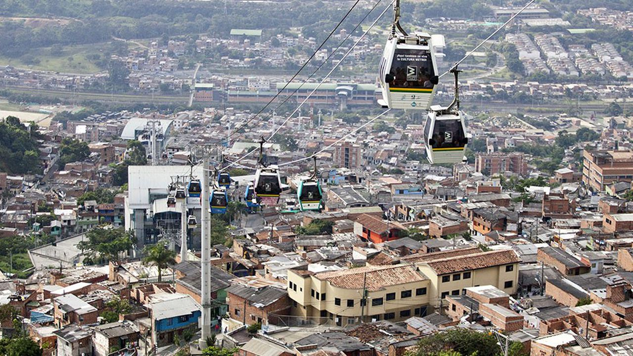 Depuis 2004, le Metrocable relie le centre aux quartiers défavorisés situés sur les hauteurs de la ville de Medellín en Colombie.
