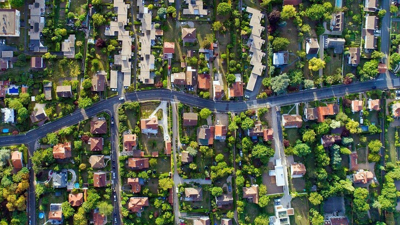 Vue aérienne d'Andresy dans les Yvelines. Dans les zones périphériques des grandes villes, le transport à la demande se développe sur les derniers kilomètres.