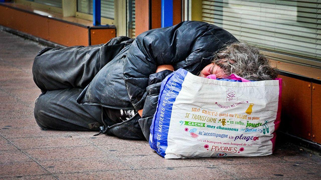 En 2015, 14,2% de la population française vivait sous le seuil de pauvreté. Si ce chiffre a grimpé depuis 2008, il est en recul par rapport aux années 1970 et il aurait de nouveau baissé en 2016.