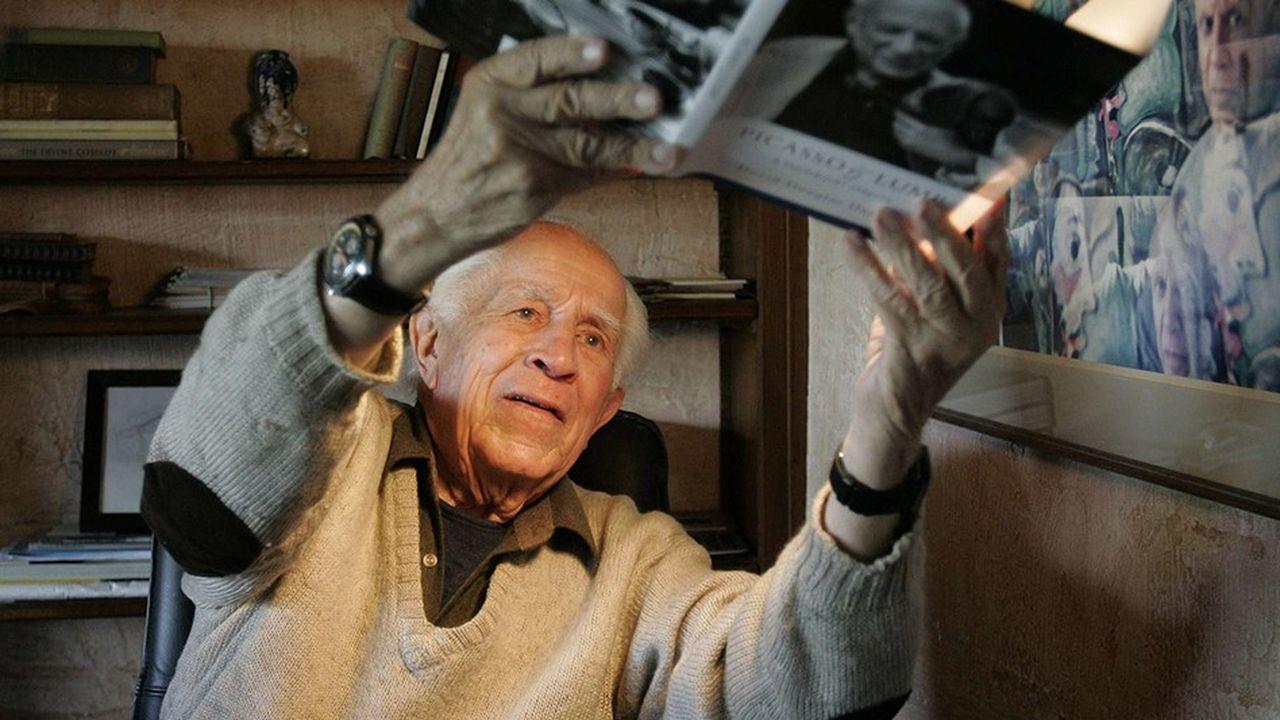 Le photographe David Douglas Duncan avec l'un de ses ouvrages sur son grand ami Picasso.