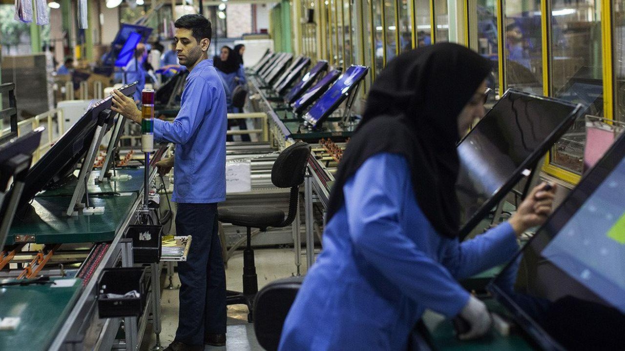 Les ouvriers iraniens, comme ceux travaillant ici sur une chaîne d'écrans de télévision, ne pourront pas bénéficier de sitôt d'investissements étrangers.