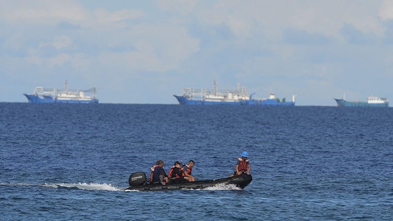 Des garde-côtes surveillent les littoraux près de l'île de Thitu.