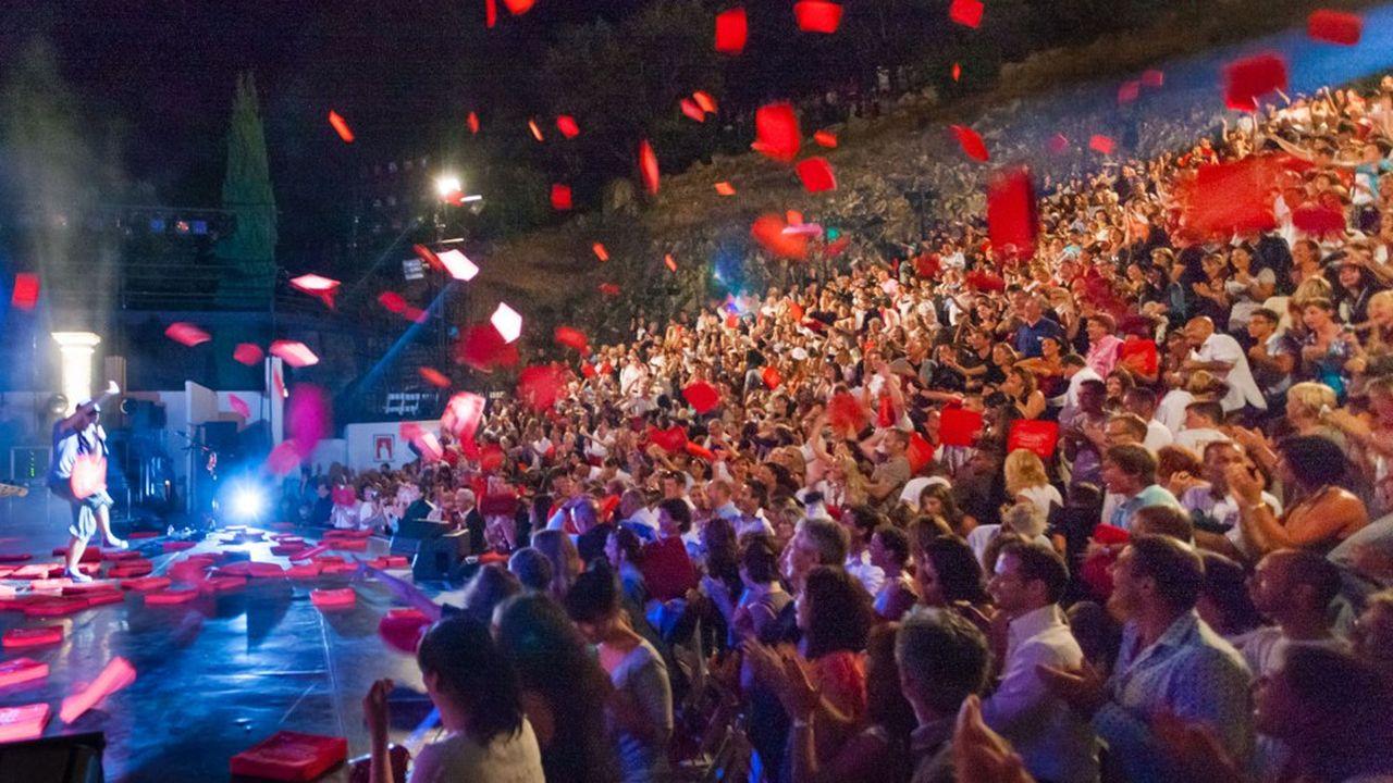 La tradition veut qu'à la fin de chaque spectacle les spectateurs jettent sur les artistes les coussins rouges sur lesquels ils étaient assis pour signifier leur satisfaction