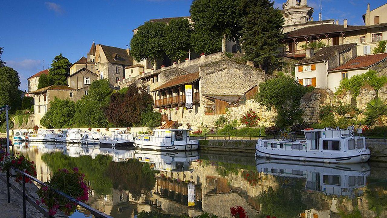 Locaboat, qui veut étoffer sa couverture nationale, prévoit d'ouvrir une base sur la Charente en 2020. La société, dont 83% de la clientèle est étrangère, réalise 60 à 65% de son activité en France (ici la Baïse à Nérac, Lot-et-Garonne).