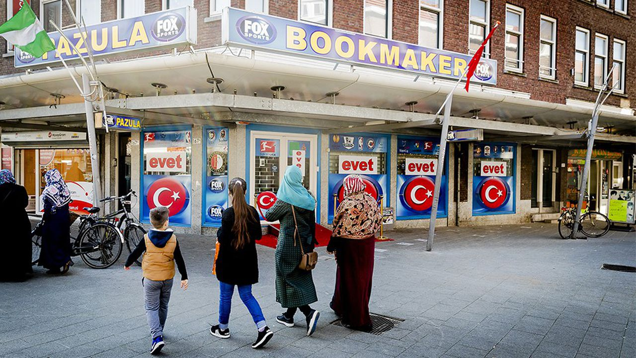 Sur la façade d'immeuble à Rotterdam, les Turcs résidant aux Pays-Bas étaient appelés à voter «oui» lors du référendum d'avril2017, donnant plus de pouvoir à Recep Tayyip Erdogan. Ankara, en ouvrant des cours postscolaires, est bien décidé à maintenir le lien avec la diaspora turque en Europe.