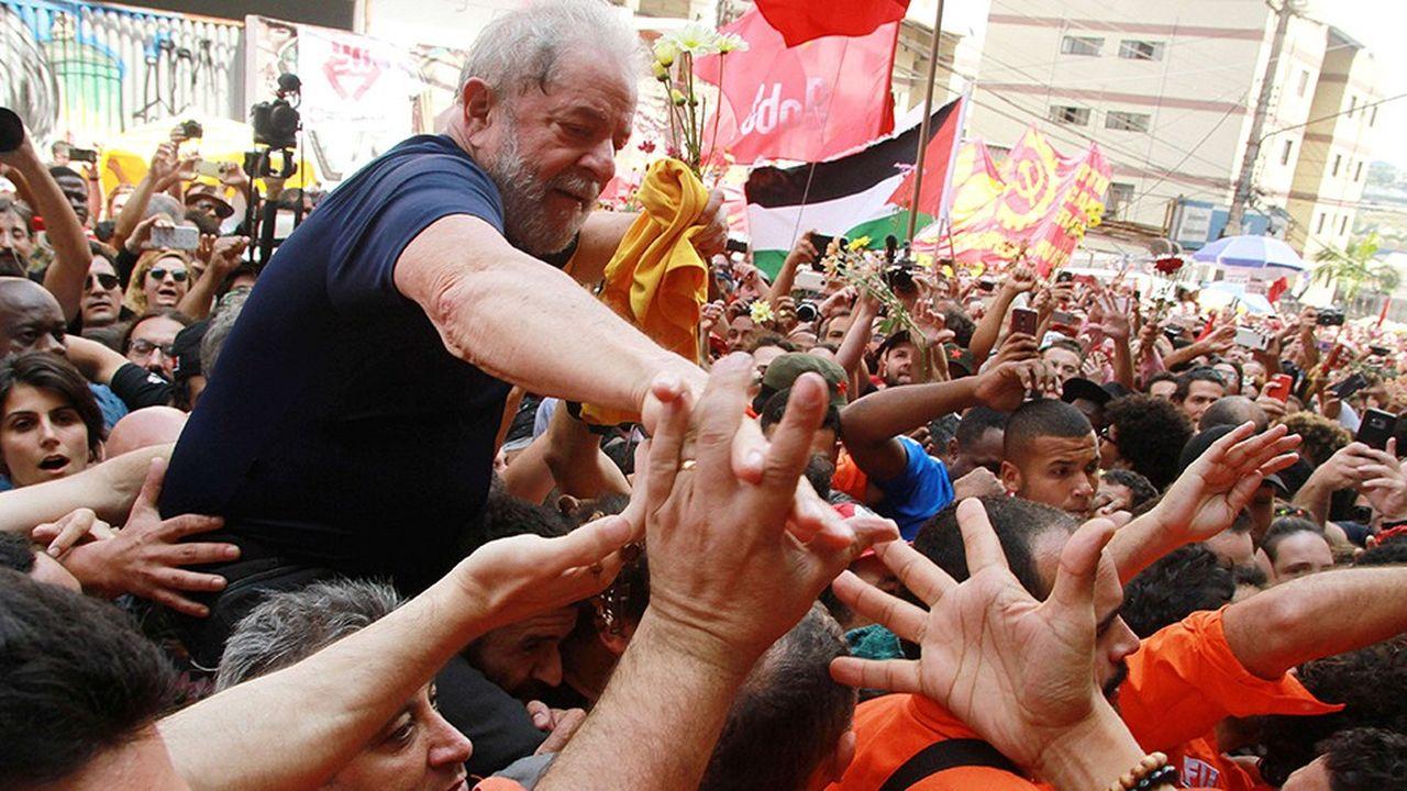 C'est depuis sa prison où il est incarcéré pour une affaire de corruption que l'ancien président Lula a officialisé sa candidature à l'élection présidentielle
