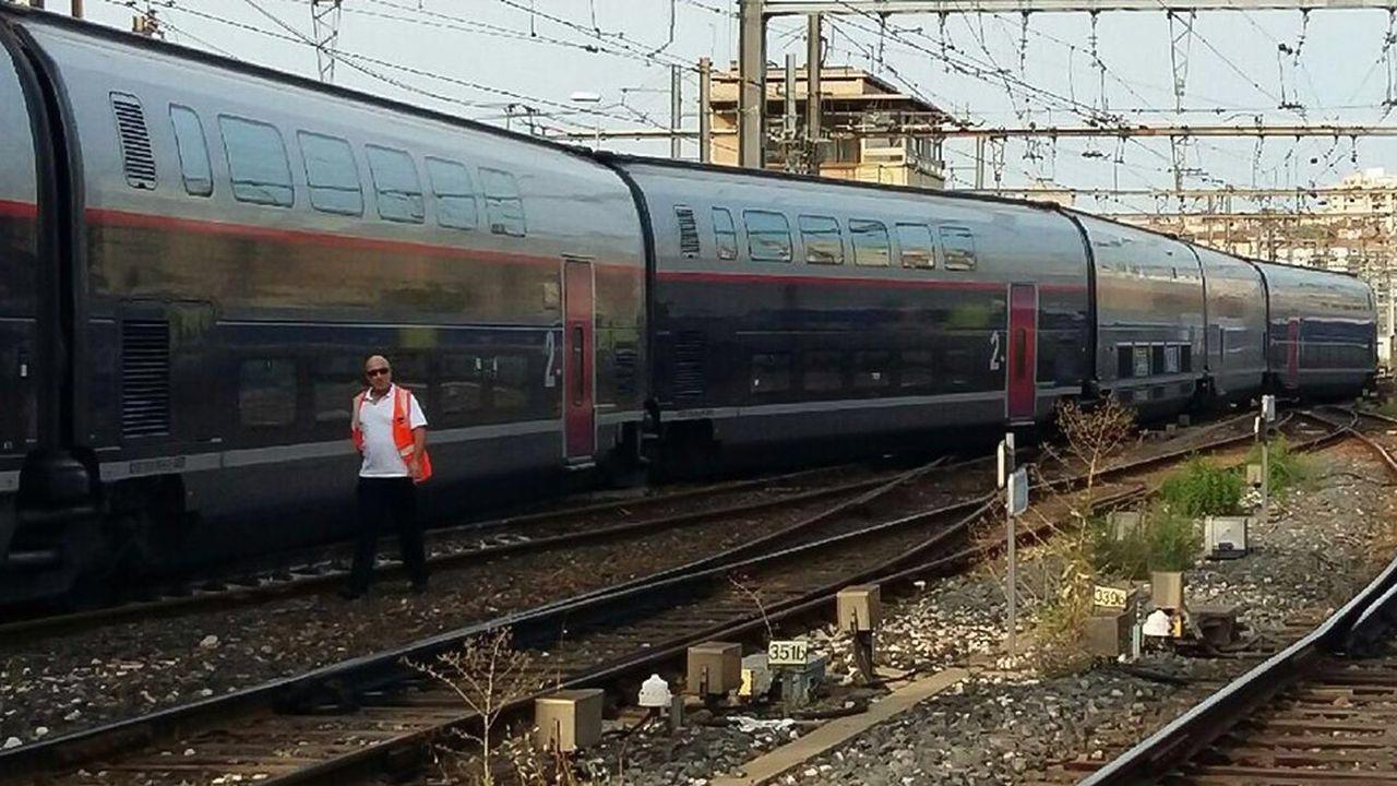 L'accident n'a fait heureusement ni victime ni blessé parmi les 350 passagers à bord, du fait de la très faible allure du train (27km/heure).