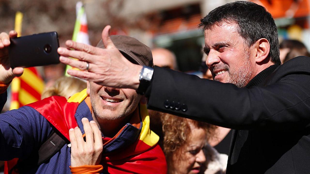L'ancien Premier ministre français pose pour une photo durant une manifestation en faveur de la société civile catalane en mars2018.