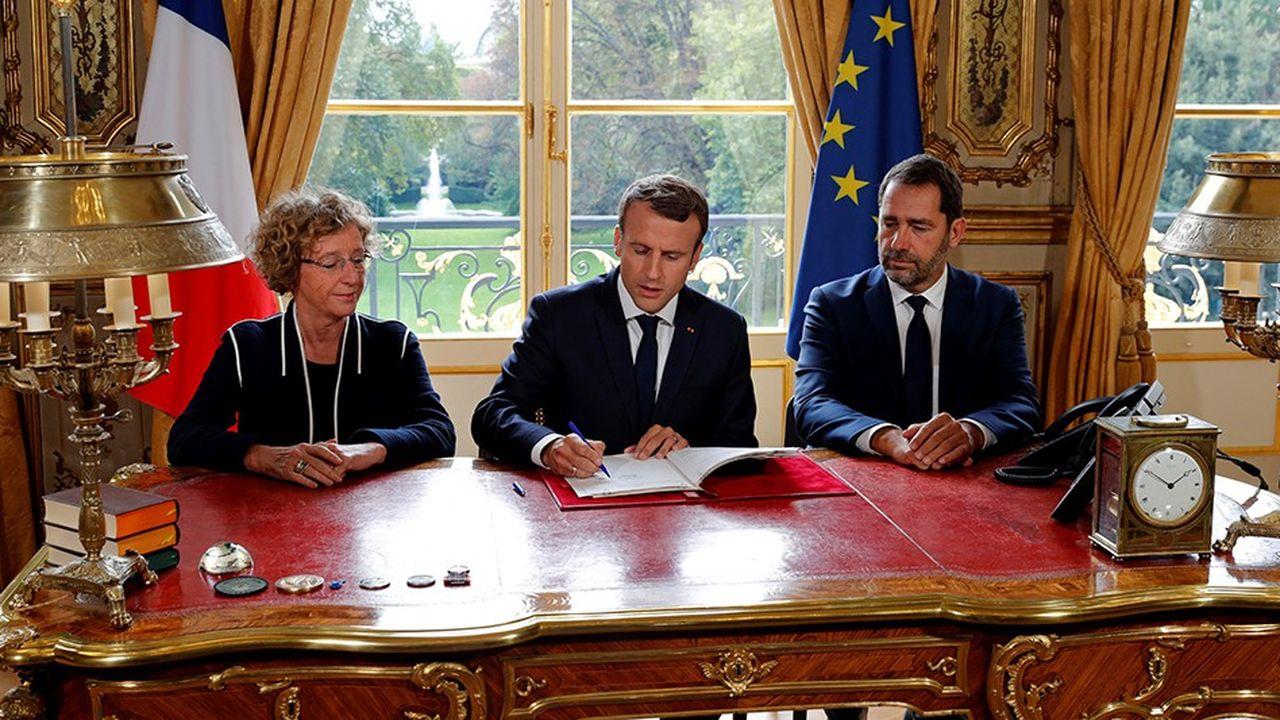 Le 22septembre 2017, à l'Elysée, Emmanuel Macron signe les ordonnances réformant le Code du travail entouré de la ministre du Travail, Muriel Pénicaud, et du ministre chargé des Relations avec le Parlement, Christophe Castaner.