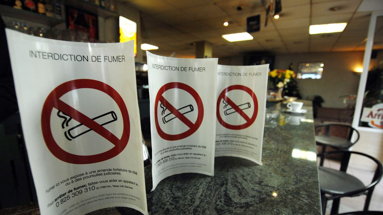 A Yvetot, en Seine-Maritime, les enfants ont obtenu du maire l'interdiction du tabac aux abords de l'établissement. / MYCHELE DANIAU