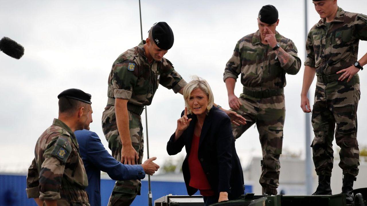A la foire de Châlons en Champagne, Marine Le Pen a notamment visité les stands de l armée et de la gendarmerie.