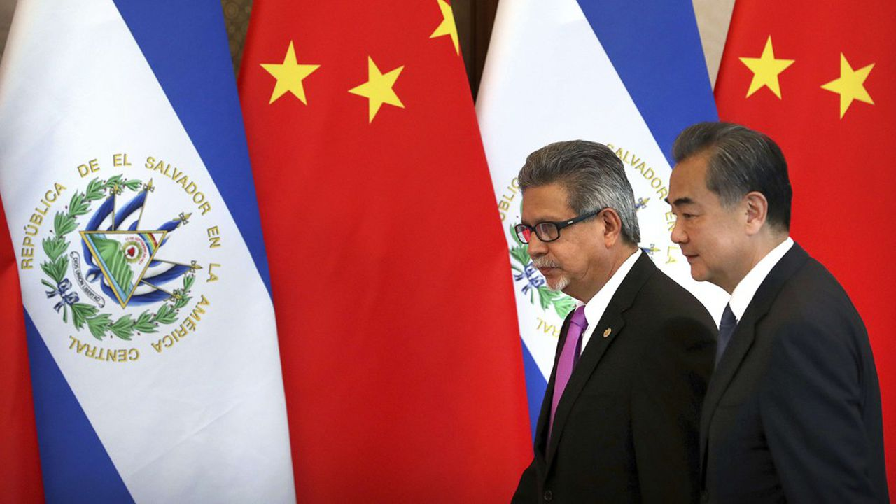 Le ministre des Affaires étrangères du Salvador Carlos Castaneda et son homologue chinois Wang Yi s'apprêtent à signer à Pékin un document établissant des relations diplomatiques entre les deux pays le 21août 2018. Taïwan avait rompu ses relations avec le Salvador qui s'était rapproché de la Chine communiste.