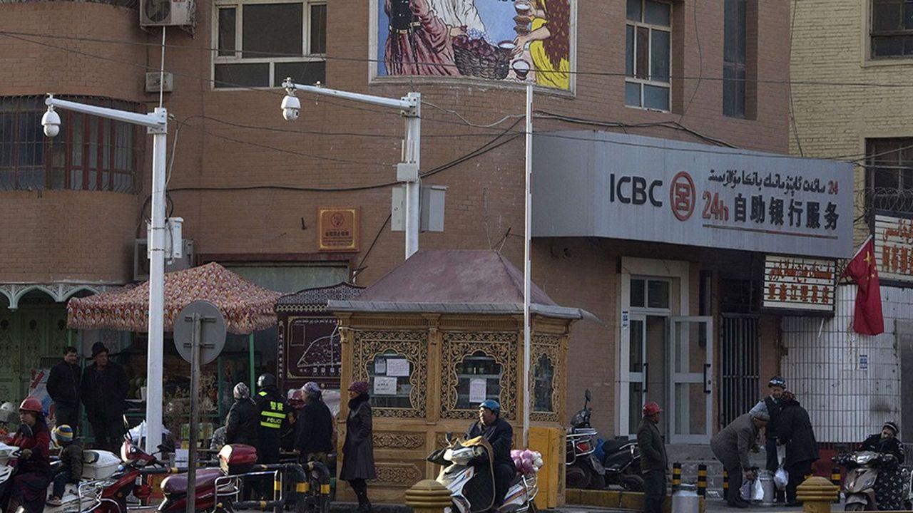 Des caméras de télésurveillance ont été postées dans de nombreux points de Kachgar, une ville d'un demi-million d'habitants située dans la région autonome ouïgoure du Xinjiang. L'objectif est de recouper ces données avec d'autres, notamment biométriques, afin de déterminer toute déviance par rapport à ce que Pékin considère comme la normalité.