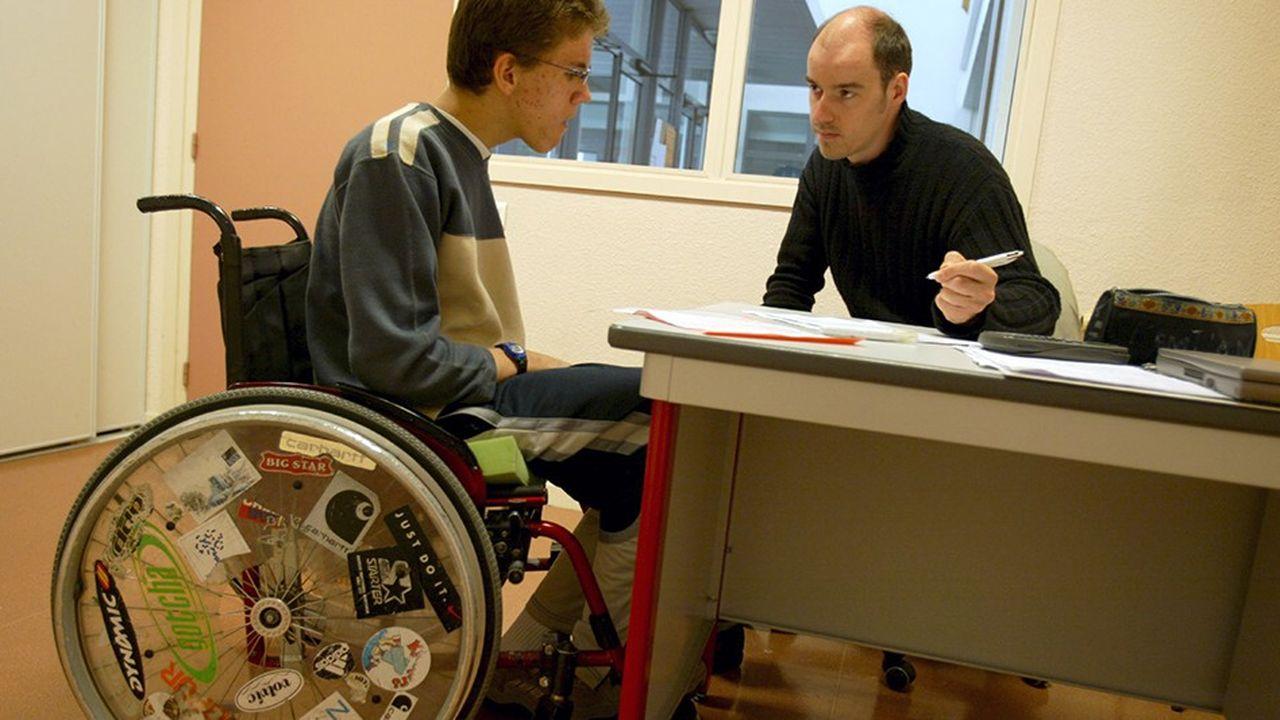Les contrats aidés pour les accompagnants des élèves handicapés vont basculer du ministère du Travail à celui de l'Education nationale.