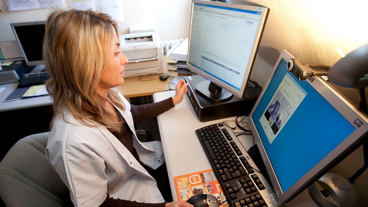 Infirmière de télémédecine à son poste de travail à l'hôpital de Moulins.