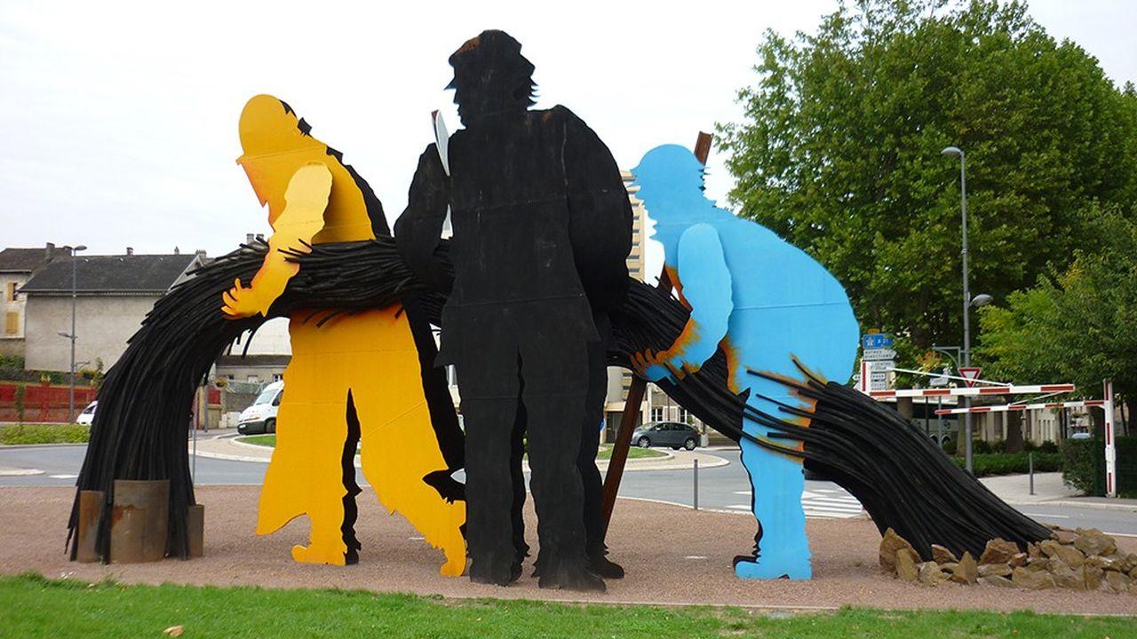 Le sculpteur Luc Le Mercier a réalisé cet ensemble monumental de 14tonnes dont les trois silhouettes illustrent le continuum entre la mine et la coulée d'acier.
