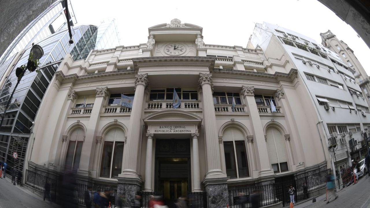 2208206_le-peso-argentin-chute-apres-le-depart-du-banquier-central-web-tete-0302306086438.jpg