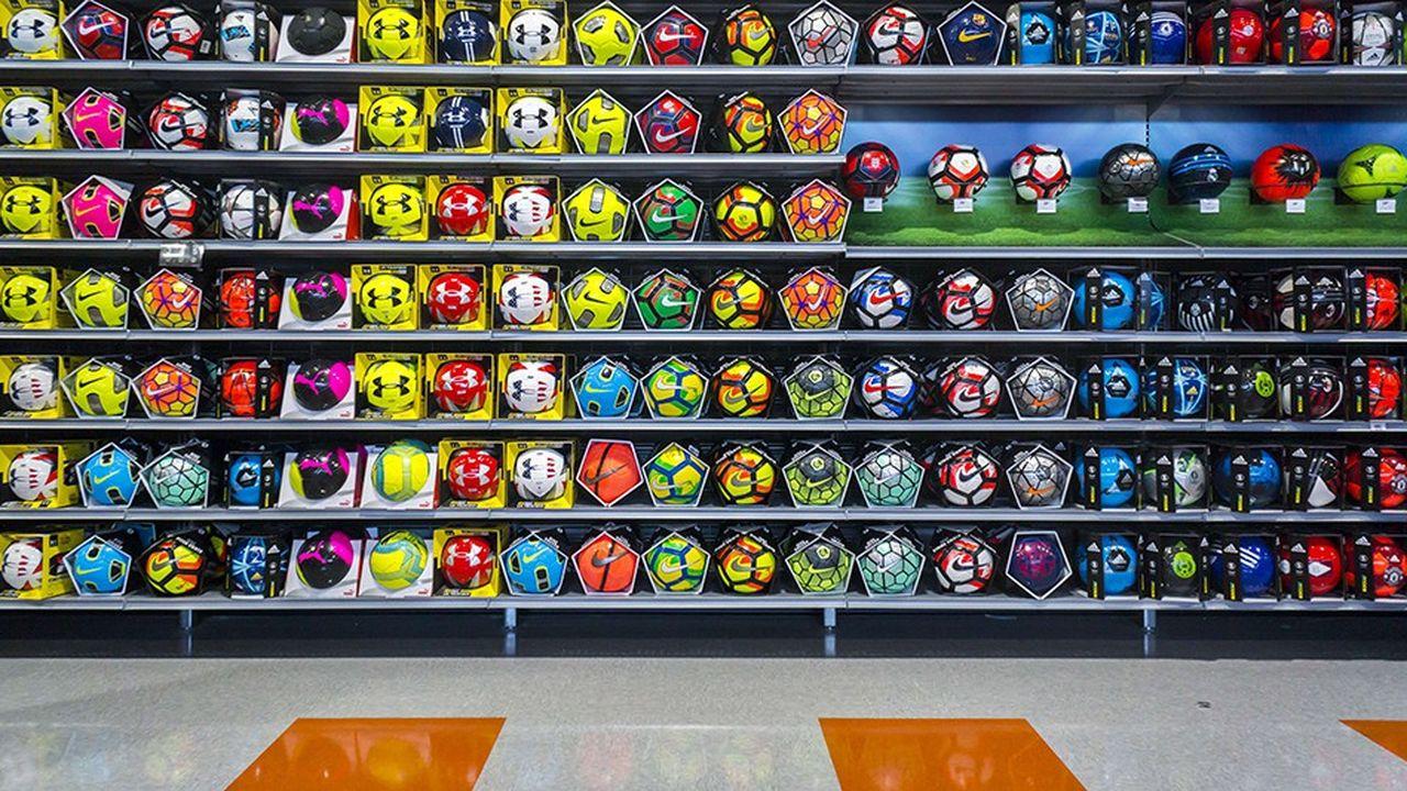 L'empreinte carbone des articles de sport est loin d'être négligeable. Un ballon de football représente en moyenne 5 kilos de CO2 émis, selon l'ADEME. Etle bilan carbone d'une raquette de tennis est près de cinq fois plus lourd.