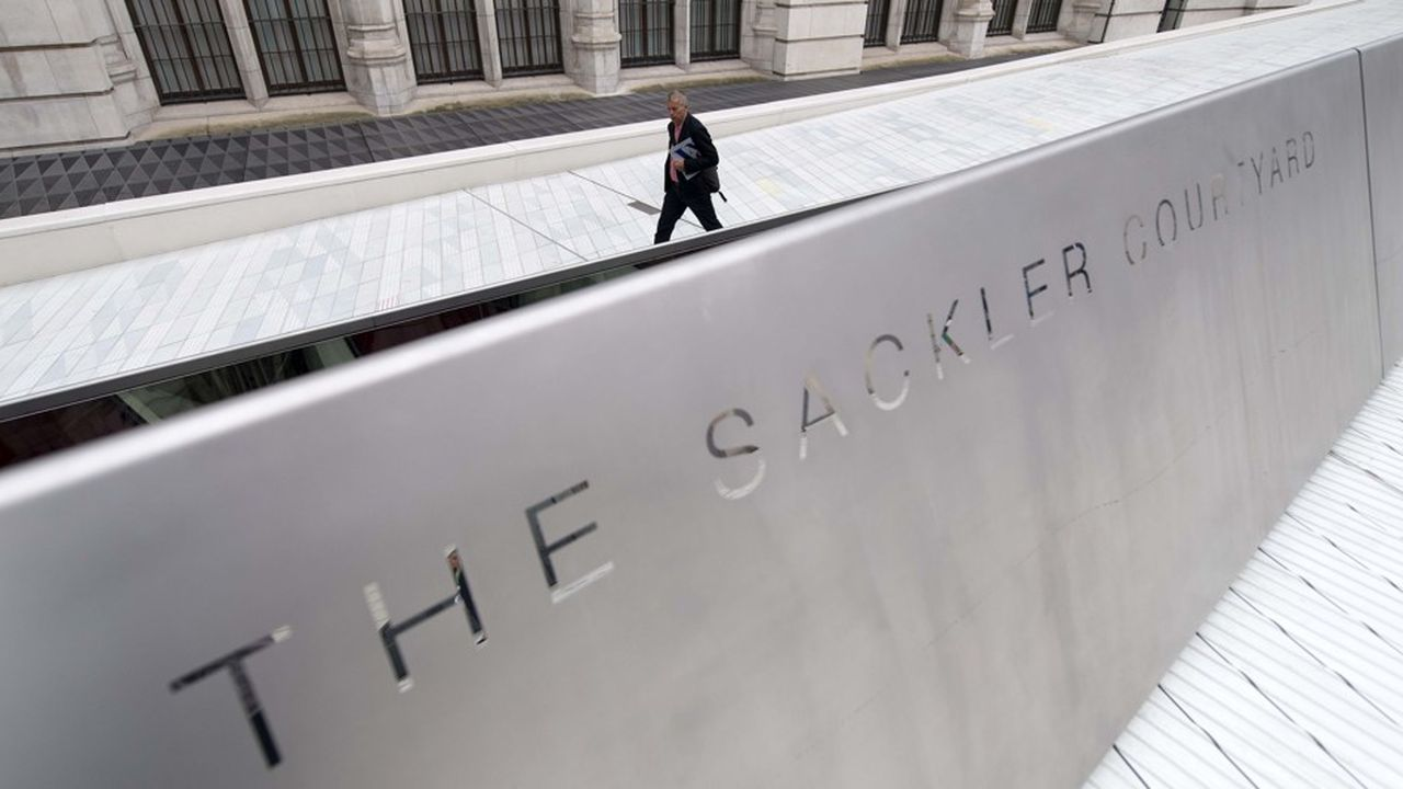Le patronyme des Sackler, dont deux frères ont racheté les laboratoires Purdue en 1952 avant d'en faire un empire, s'affiche au coeur du Metropolitan museum ou du Guggenheim à New York, du Victorira & Albert Museum à Londres (photo), ou encore à Yale ou Harvard.