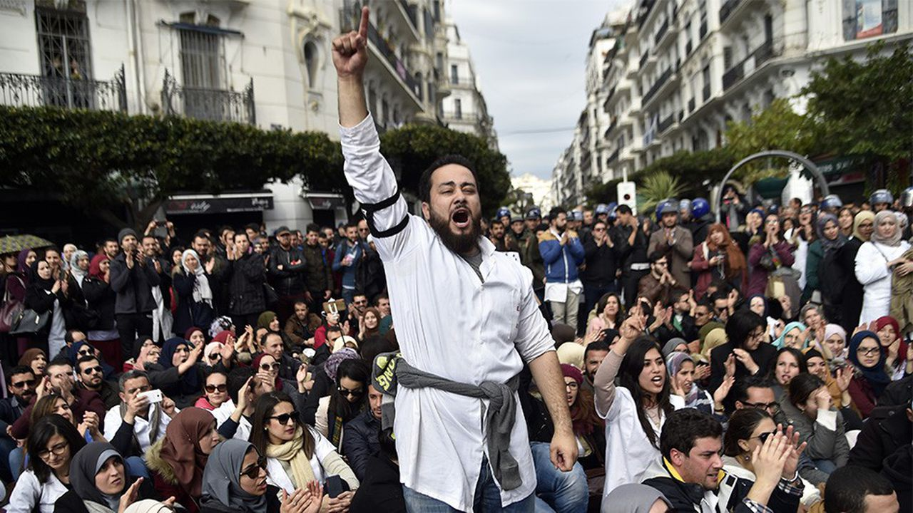 La police anti-émeute algérienne encercle des médecins et des dentistes qui achèvent leur stage post-doctoral, lors d'une manifestation organisée le 12février à Alger devant la Grande Poste.