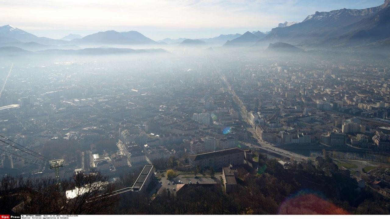 Régulièrement, la pollution couvre le ciel de la ville de Grenoble.