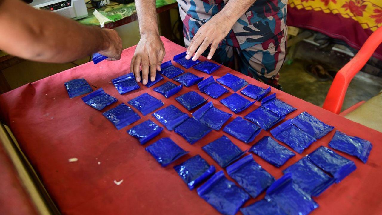 Des garde-frontières du Bengladesh alignent des sachets de «yaba», une drogue saisie dans un bus dont la diffusion augmente de manière exponentielle dans le pays grâce à des réseaux utilisant notamment des réfugiés.