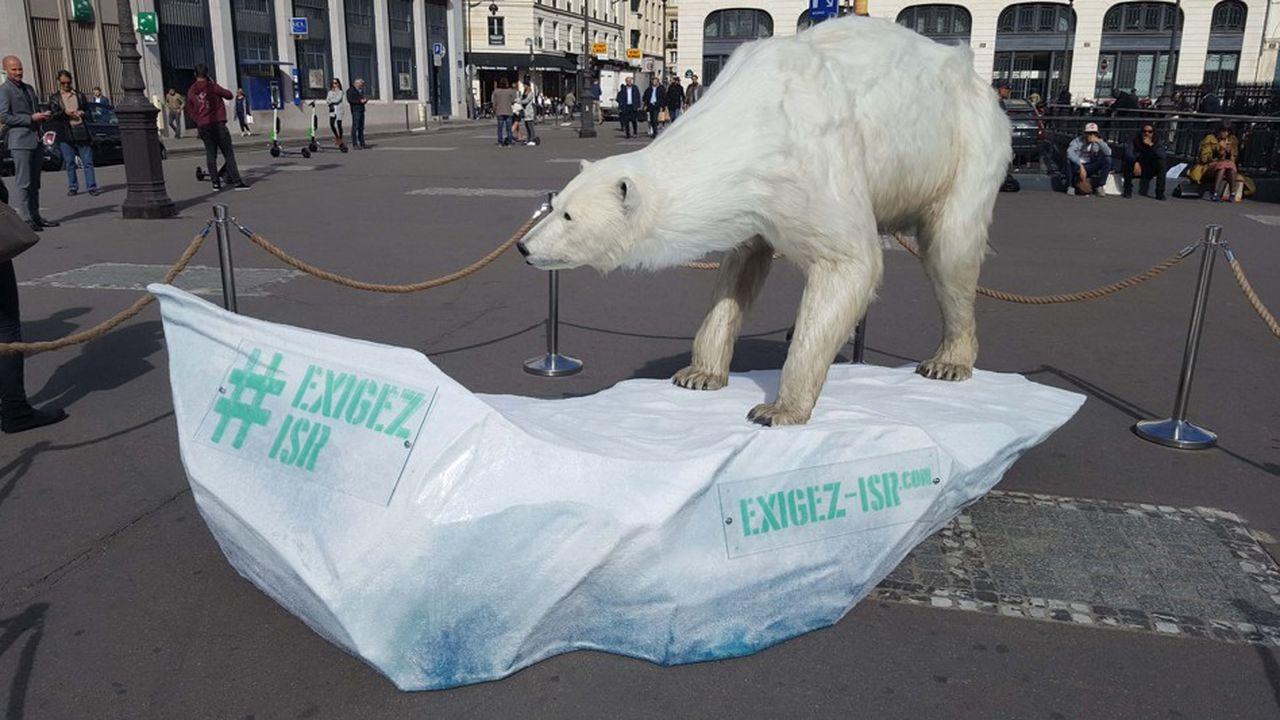L'ourse polaire «exigez l'ISR» exposée Place de la Bourse à Paris