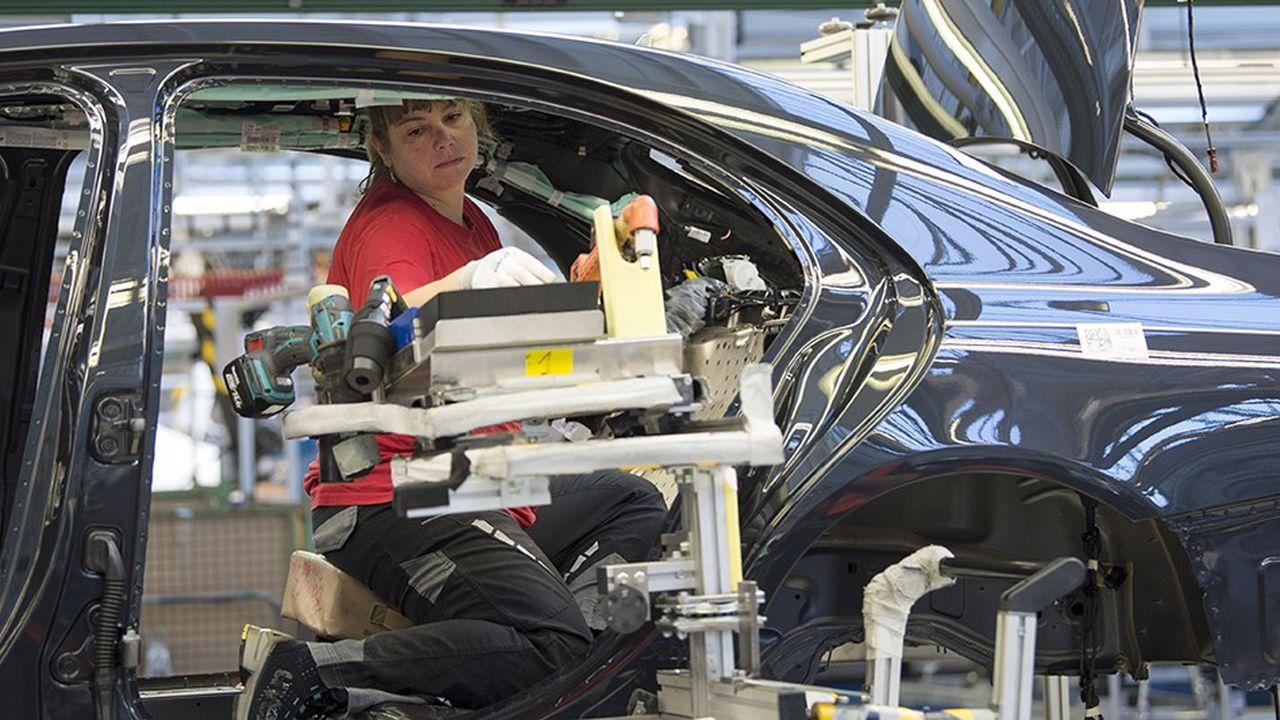 Entre2000 et2016, la production des constructeurs et équipementiers dans l'Hexagone a baissé de 28% quand, sur la même période, celle de leurs concurrents outre-Rhin grimpait de 57%.