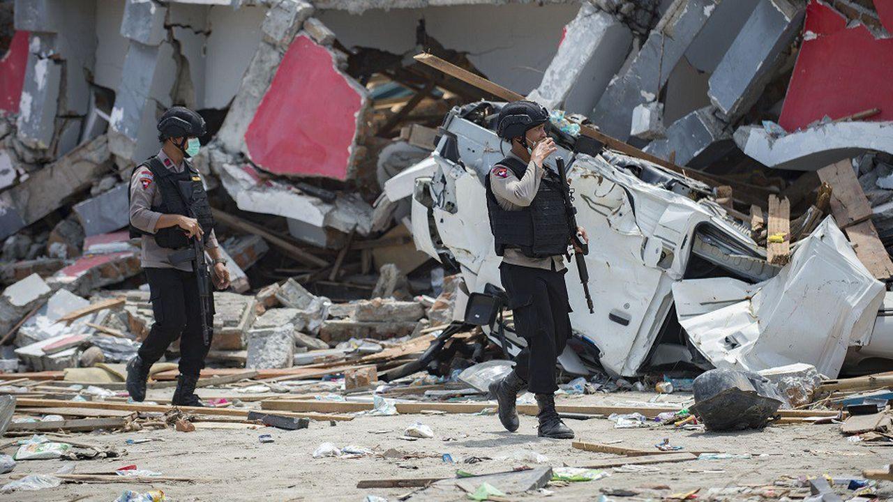 Des policiers patrouillent à Palu, ville ravagée par le séisme et le tsunami du 28septembre.