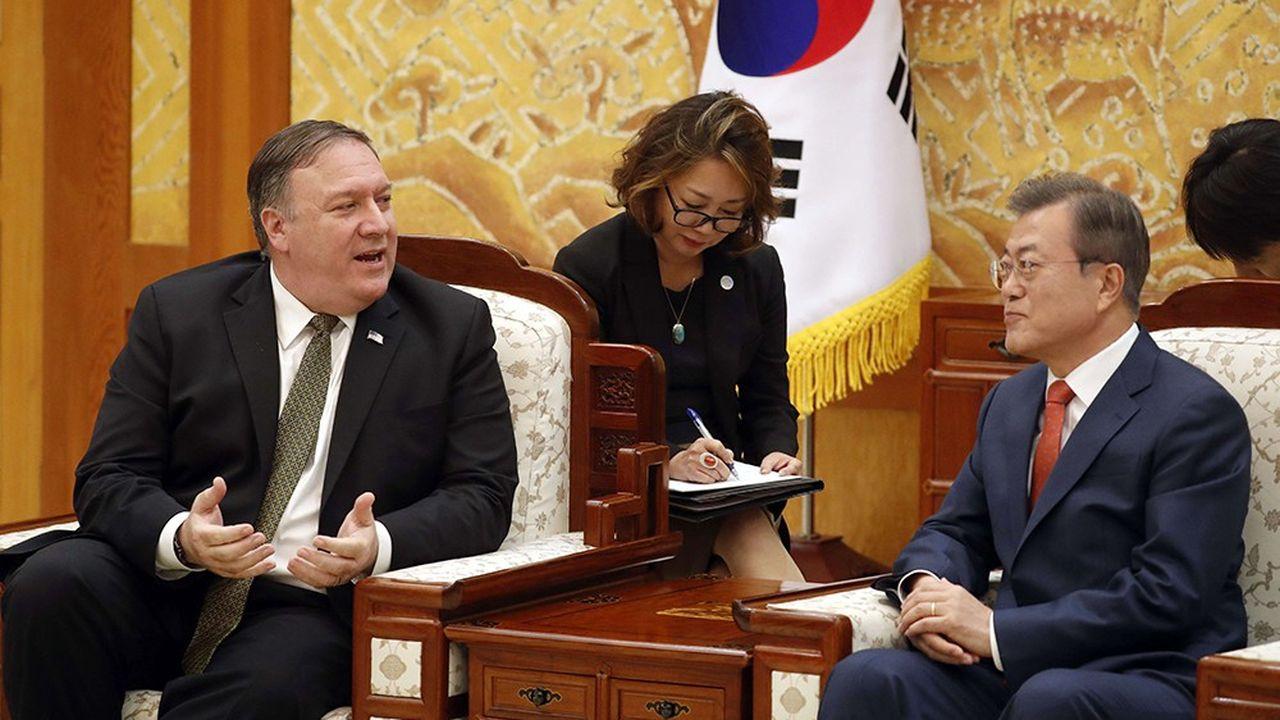 Le secrétaire d'Etat américain Mike Pompeo et le président coréen Moon Jae-in pendant leur rencontre à Séoul le 7 octobre.