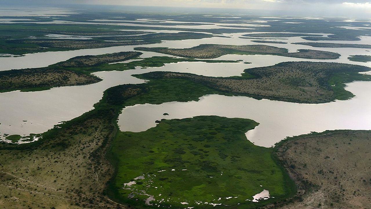 Le changement climatique, dont les effets ont été amplifiés par une gestion plus qu'aléatoire des ressources en eau de la région, a entraîné la disparition de 90% de la surface du lac Tchad en 40 ans.