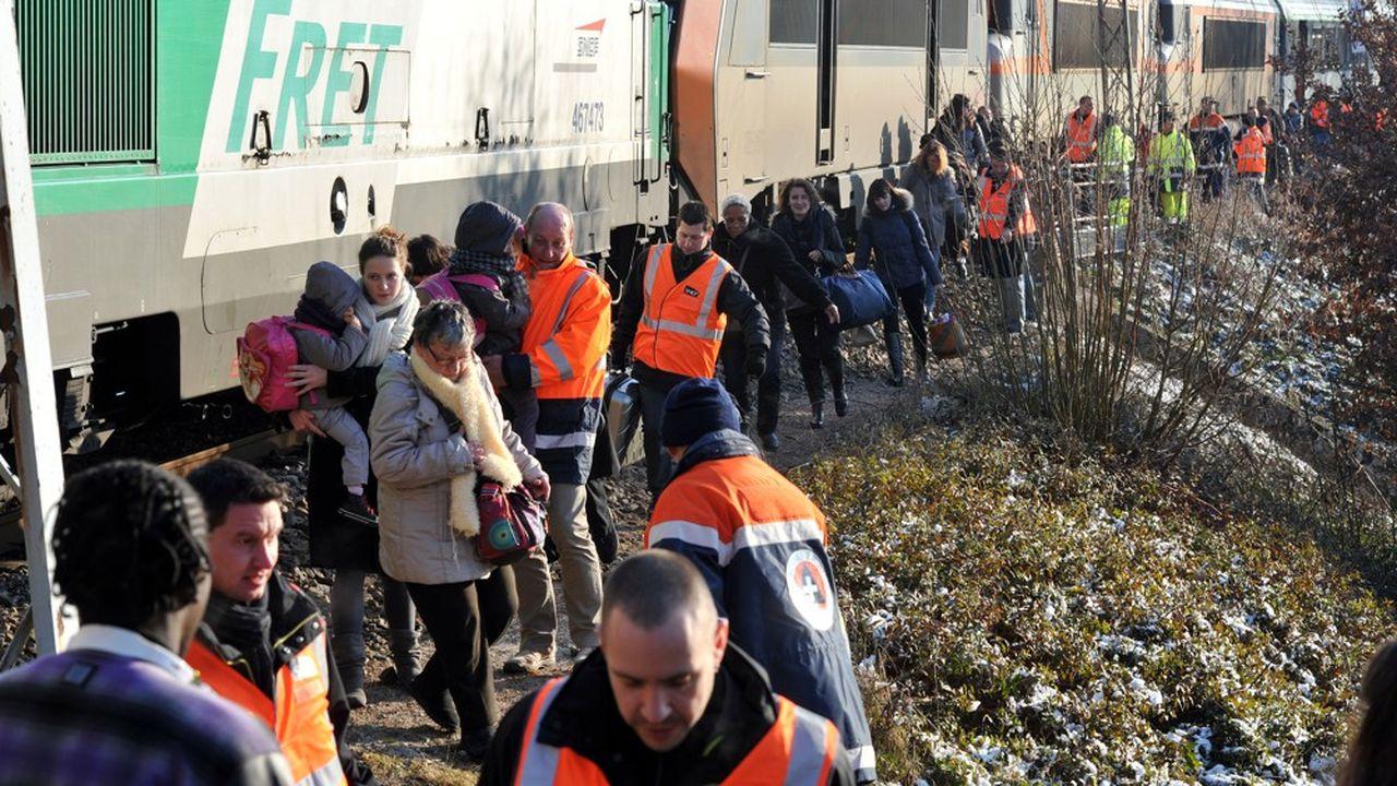 Les passagers du train assurant la liaison entre Cerbère et Paris sont évacués, le 3février 2012 à Solignac, à la suite d'une panne.