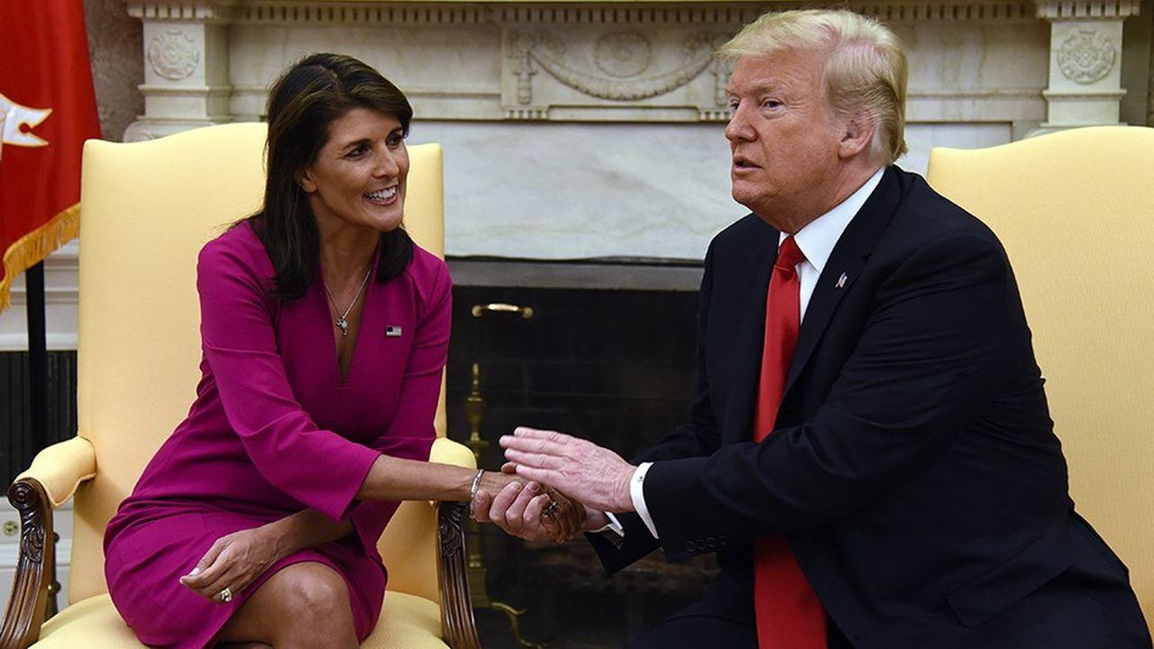 Assise à côté du président Trump, Nikki Haley annonce sa démission de la fonction de représentante des Etats-Unis aux Nations unies, soulevant à Washington de nombreuses interrogations sur ses motivations.