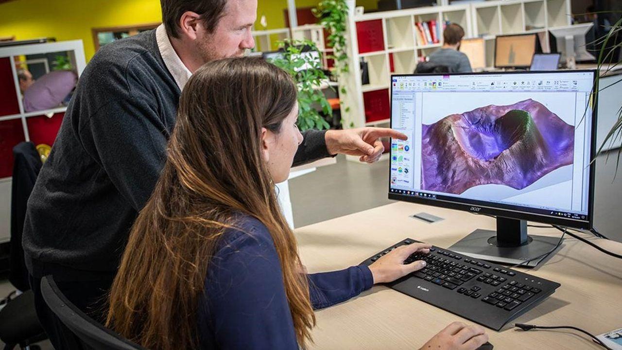 L'agence américaine compte sur le logiciel français pour analyser des microcratères sur des éclats de météorites (à l'écran).