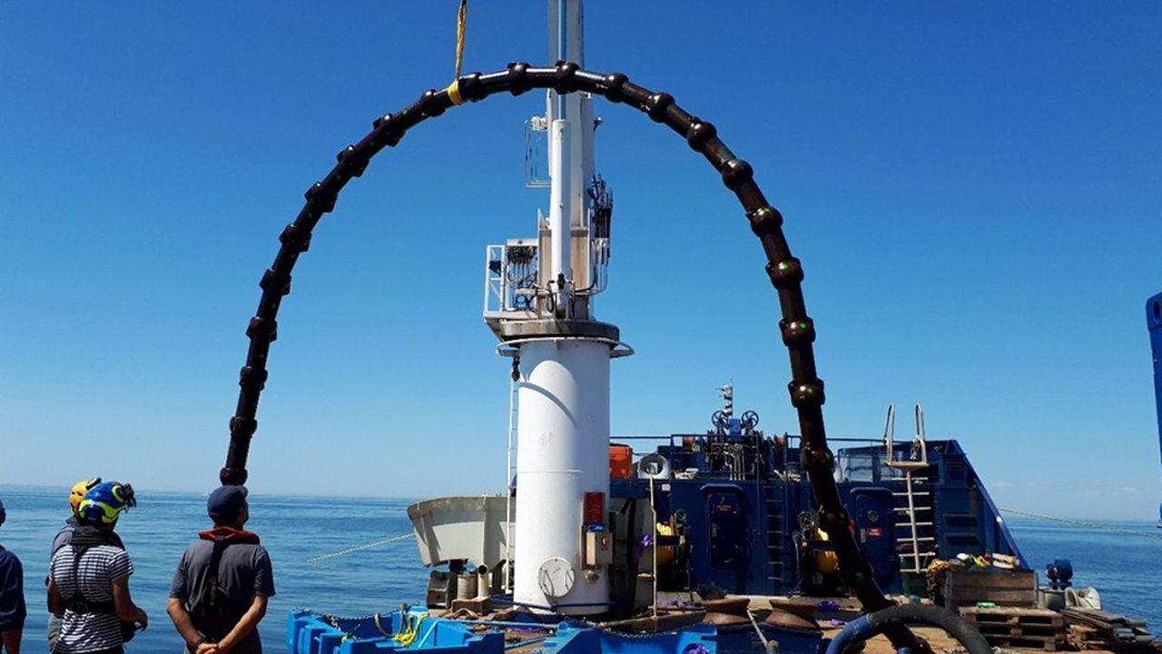 Fabriquée par FMGC, cette longue chenille de fonte que l'on a immergée cet été par 30 mètres de fond au large du Croisic protégera et stabilisera les courbures d'un câble électrique.