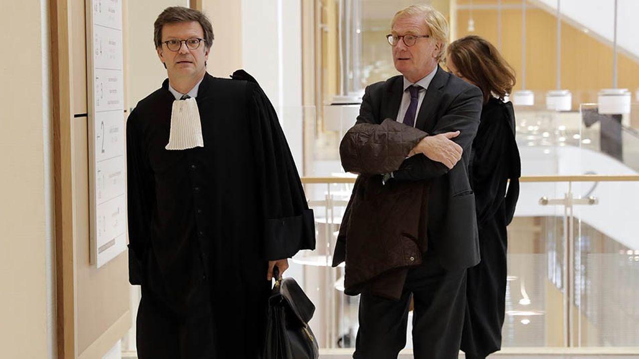 UBS comparaît pour «démarchage bancaire illégal» et «blanchiment aggravé de fraude fiscale», sa filiale française anciennement codirigée parPatrick de Fayet (photo), pour complicité des mêmes délits.