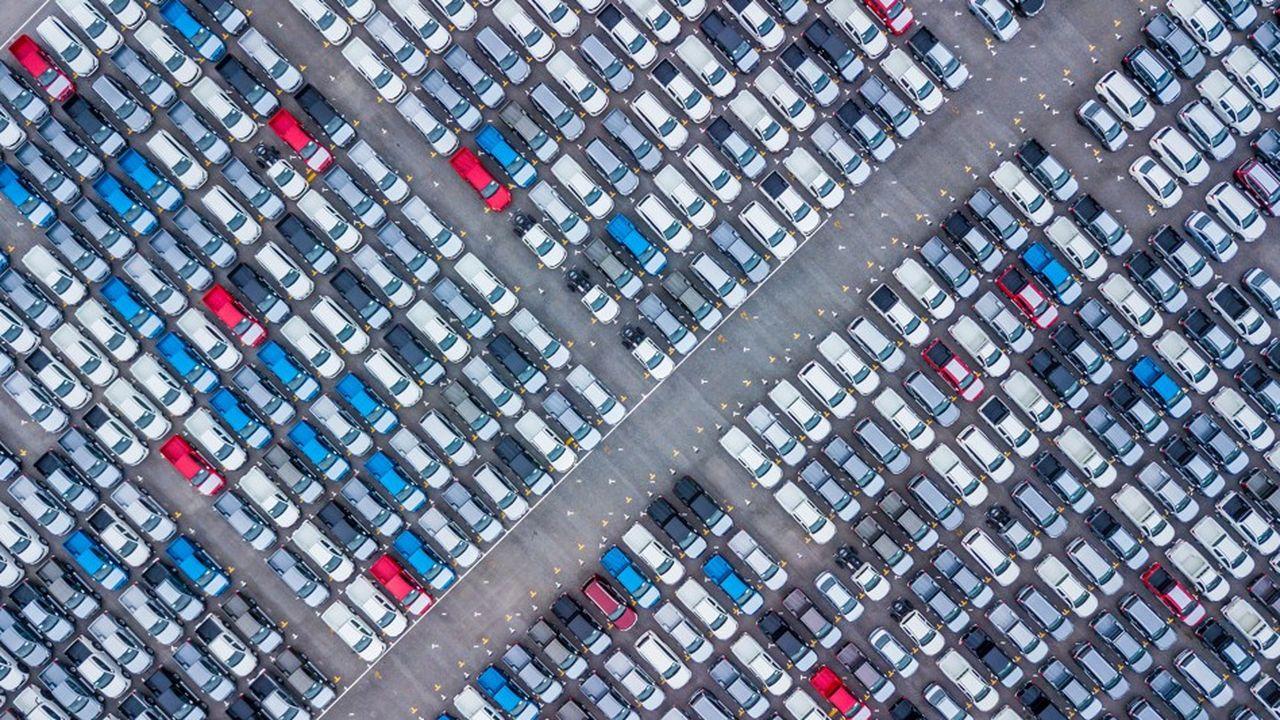 Depuis le début du mois d'octobre, Boursorama et Hello Bank! proposent ainsi à leurs clients particuliers des offres de location de véhicule (LLD) en partenariat avec les filiales de leurs maisons mères - ALD Automotive pour la Société Générale et Arval pour BNP Parias.