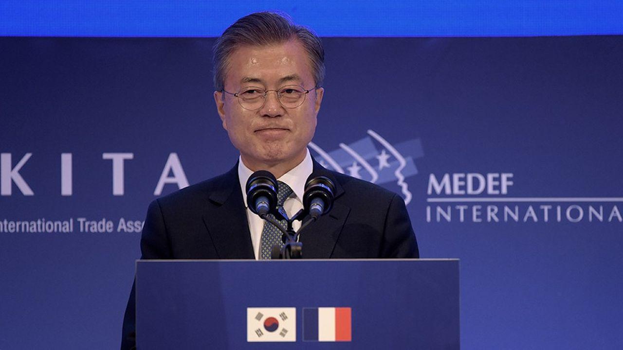 Devant les hommes d'affaires français, le président sud coréen Moon Jae-in a plaidé pour un renforcement de la coopération bilatérale (Photo by ERIC PIERMONT/AFP)