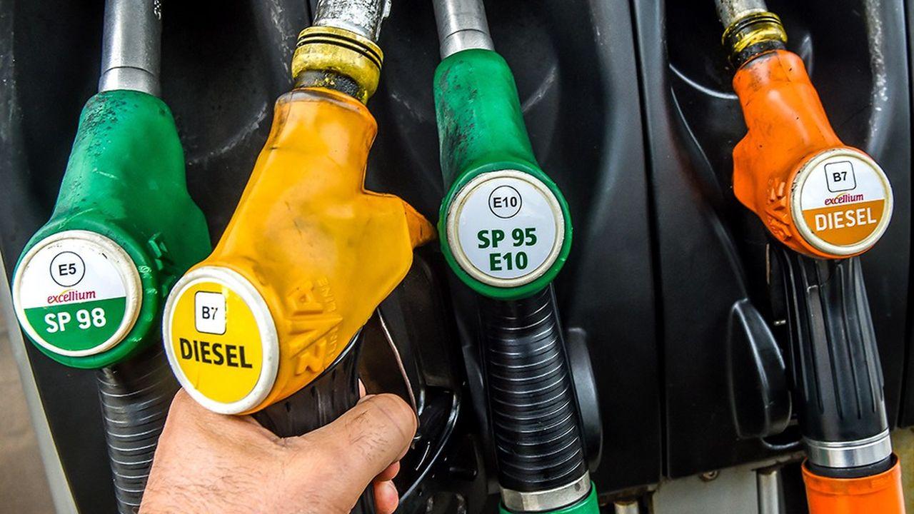 Les prix du diesel seraient supérieurs à ceux de l'essence dans 20% des stations-service. (Photo by Philippe HUGUEN/AFP)