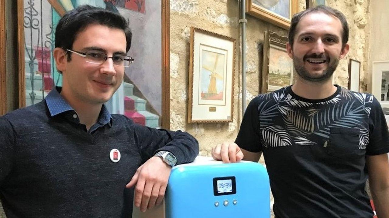 Les deux fondateurs de Daan Technologies (à gauche Damian Py et à droite Antoine Fichet), autour de Bob, leur lave-vaisselle