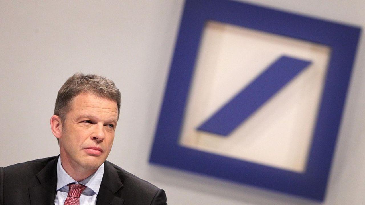 Christian Sewing, le nouveau chef de Deutsche Bank, prévoit de réduire le nombre d'employés du groupe à moins de 90.000 d'ici à fin 2019, contre environ un peu moins de 95.000 actuellement.