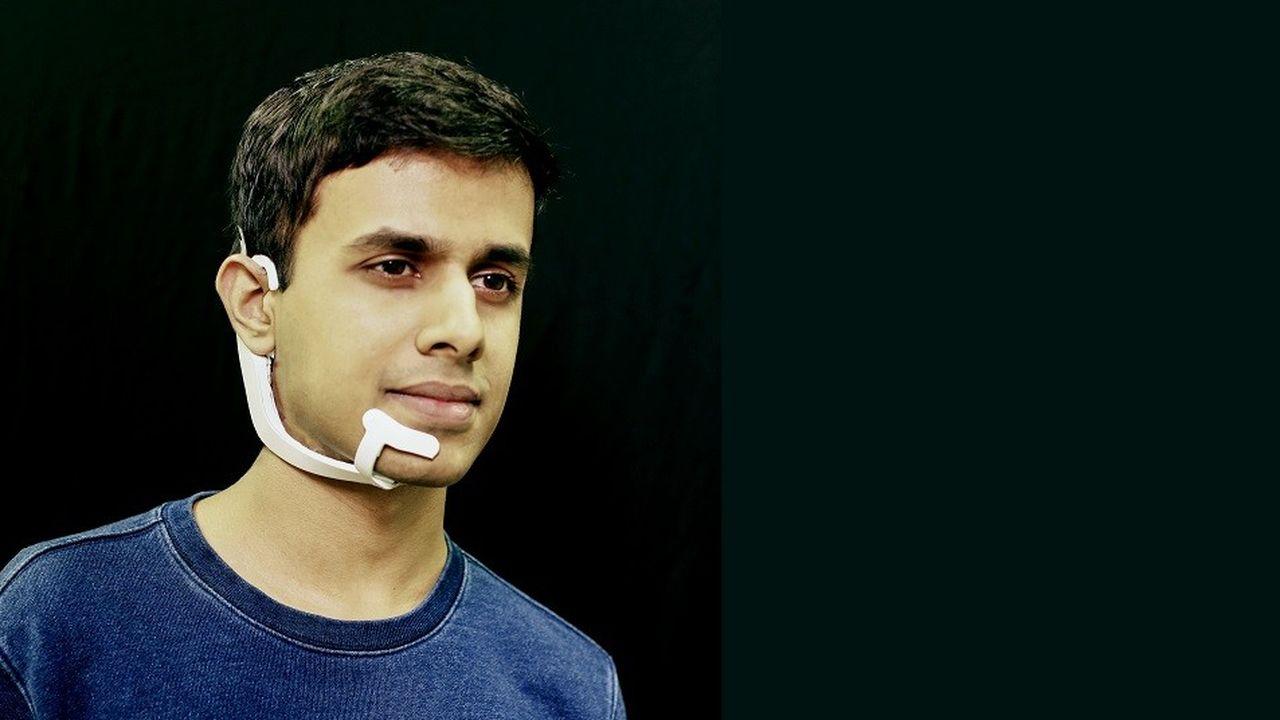 Amav Kapur, chercheur au MIT Media Lab, lors d'une démonstration du projet AlterEgo.