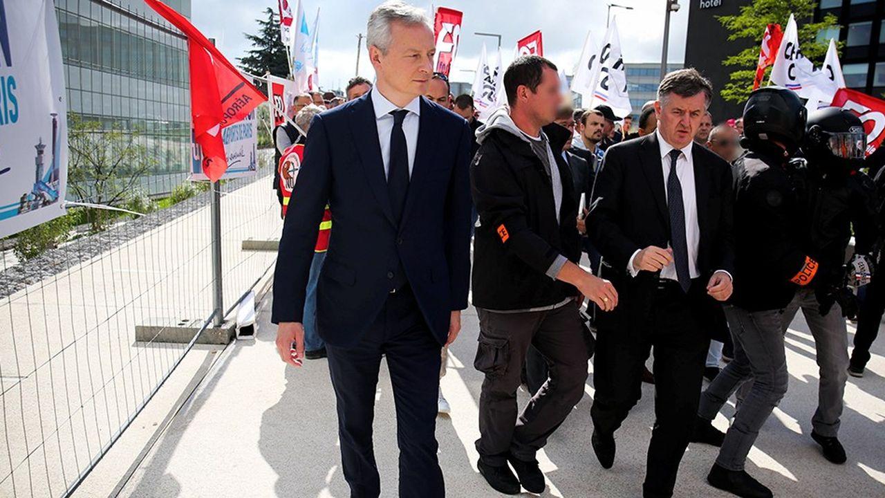 Bruno LeMaire (à gauche), le ministre de l'Economie, en déplacement sur le site d'ADP, la première entreprise à inaugurer la nouvelle doctrine de l'Etat actionnaire.