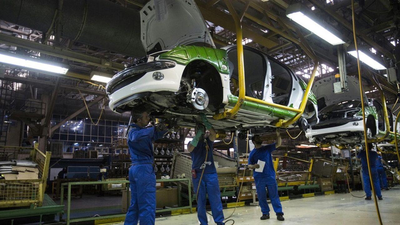 Les ouvriers iraniens assemblant une 206 Peugeot dans l'usine d'Iran Khodro, près de Téhéran, risquent le chômage après le retrait de l'entreprise française.