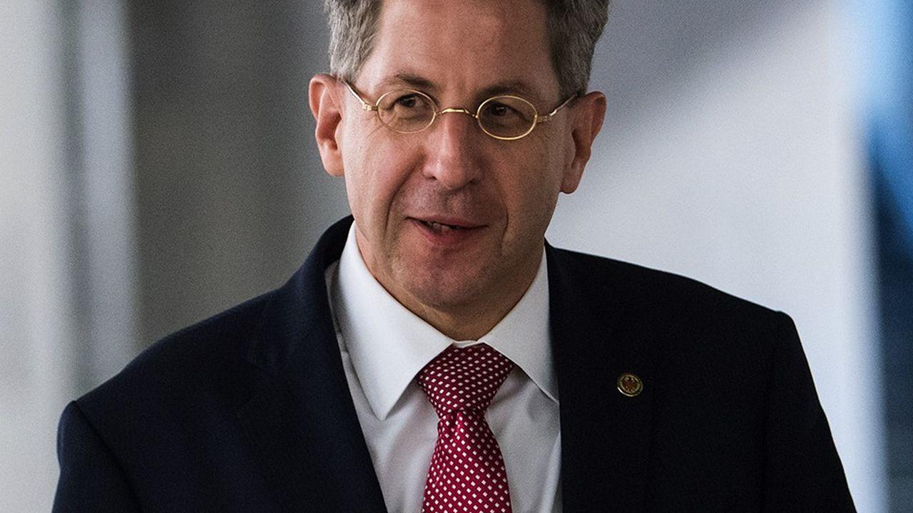 En annonçant la promotion de Hans-Georg Maassen (ci-dessus) au poste de secrétaire d'Etat en charge de la Sécurité, une fonction rémunérée 3.000euros de plus par mois, le ministre de l'Intérieur, Horst Seehofer, a provoqué une nouvelle crise.