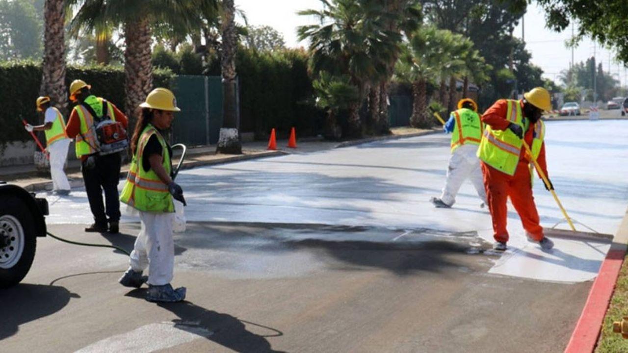 Dans chacun de ses quinze districts, à l'été 2017, Los Angeles a posé sur le bitume existant d'unesection de route un revêtement réfléchissant d'une couleur grise très claire afin d'éviter de concentrer la chaleur comme un bitume noir, responsable de l'effet d'îlot de chaleur urbain.